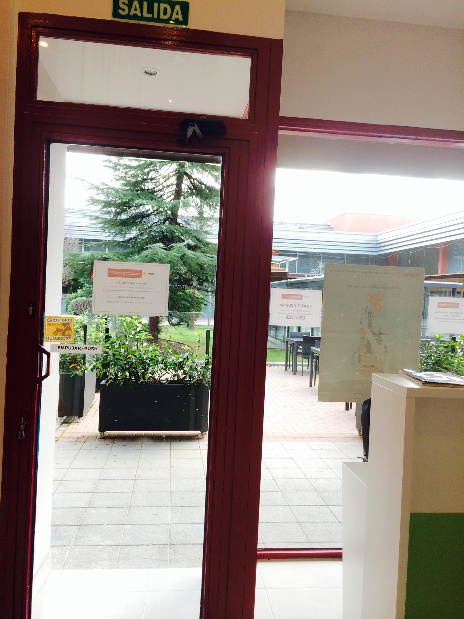 Nuestra escuela está situada en la Plaza Garena, con amplio espacio, sin tráfico y destinado al ocio.